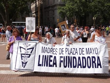 19. Mamele din Plaza de Mayo.JPG