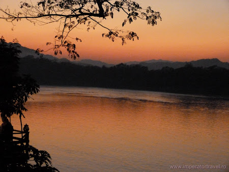 148. apus de soare pe Mekong.JPG