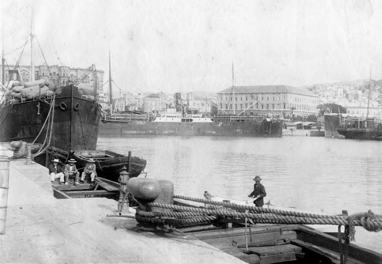 El vapor CABO NAO en el puerto de Malaga. Fecha indeterminada. Foto Archivo Fotografico Municipal de Malaga.jpg