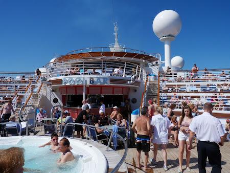 Croziera pe Mediterana: Barul de la piscina pe vasul de croaziera Liberty of the Seas