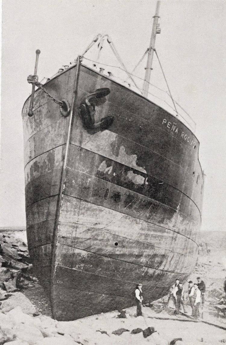 El PEÑA ROCIAS embarrancado y totalmente en seco. Del libro La Marina Cantabra. Desde el Vapor. Vol. III.JPG