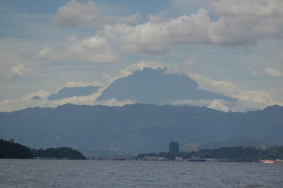 Kota Kinabalu et le Mont Kinabalu depuis Pulau Manukan (Sabah), 20 août 2011. Photo : J.-M. Gayman