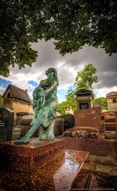 Pere la chaise statue on grave