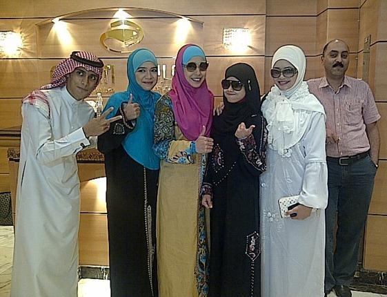 Heliza Helmi, Diana Amir, Irma Hasmie dan Yatt mengerjakan Umrah