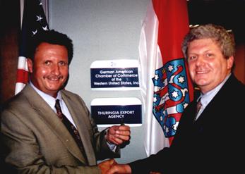 Bruno Thum, GACC West übergibt symbolisch den Schlüssel an Roland Bräuer von der TAF