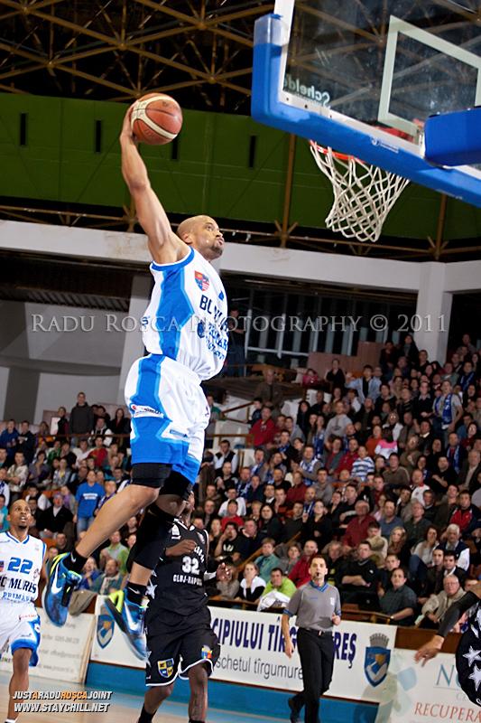 Jason Forte reuseste sa inscrie prin slamdunk in timpul  partidei dintre BC Mures Tirgu Mures si U Mobitelco Cluj-Napoca din cadrul etapei a sasea la baschet masculin, disputat in data de 3 noiembrie 2011 in Sala Sporturilor din Tirgu Mures.
