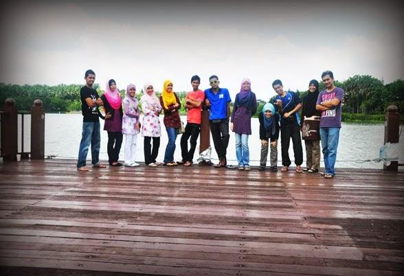 Bergambar DI TEPi TaSik Taman Wetland Putrajaya