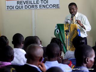 De droite à gauche, Kakese Malela Nicéphore, candidat à la présidentielle 2011, lors d'une rencontre avec des étudiants au siège de son parti politique URDC le 01/10/2011 à Kinshasa. Radio Okapi/ Ph. John Bompengo