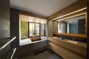 Diseño-de-baño-con-encimera-de-madera