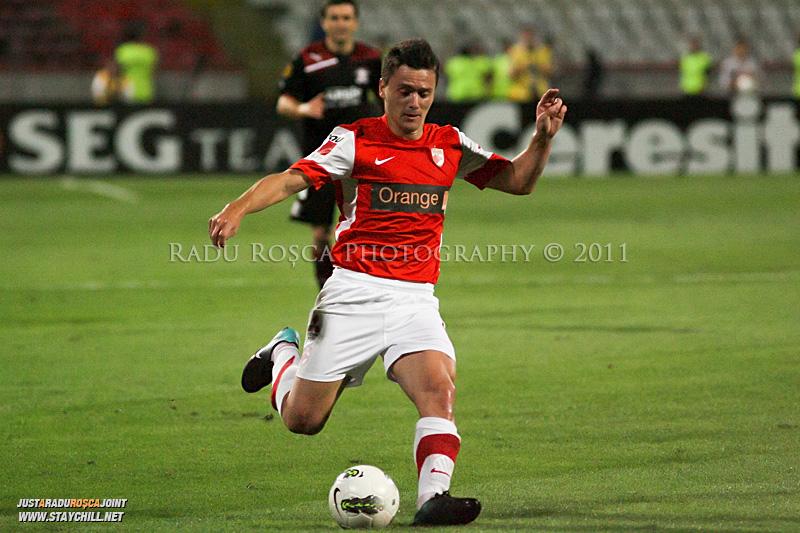 Laurentiu Rus de la Dinamo suteaza in timpul meciului dintre Dinamo Bucuresti si Rapid bucuresti, din cadrul etapei a VII-a a ligii 1 de fotbal, duminica, 18 septembrie pe stadionul Dinamo din Bucuresti.