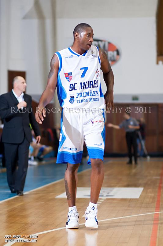 Calvin Watson in timpul  partidei dintre BC Mures Tirgu Mures si U Mobitelco Cluj-Napoca din cadrul etapei a sasea la baschet masculin, disputat in data de 3 noiembrie 2011 in Sala Sporturilor din Tirgu Mures.