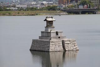西側堤体より龍神社のお社を望む