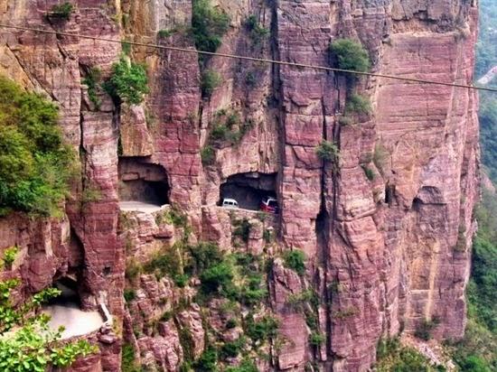 Guoliang-Tunnel-Road-esculpida-ao-lado-e-através-de-uma-montanha-na-China