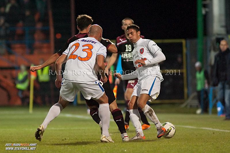 Alexandru Vagner si Dan Matei de la FCM se dueleaza cu un jucator de la Rapid in timpul meciului dintre FCM Tirgu Mures si FC Rapid Bucuresti din cadrul etapei a XIII-a a Ligii Profesioniste de Fotbal, disputat luni, 7 noiembrie 2011, pe stadionul Transil din Tirgu Mures.