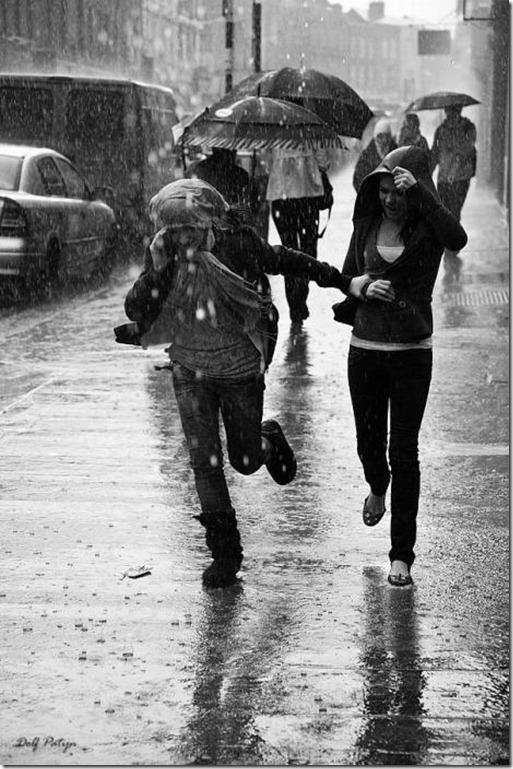 Люди бегут от дождя картинки
