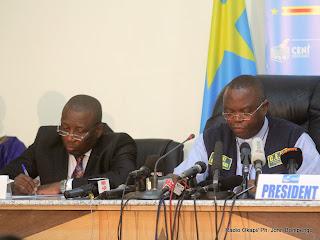 De droite à gauche, le président de la Ceni, Daniel Ngoy Mulunda et son vice, Jacques Djoli le 6/12/2011 à Kinshasa, lords de la publication des résultats partiels de la présidentielle de 2011 en RDC. Radio Okapi/ Ph. John Bompengo