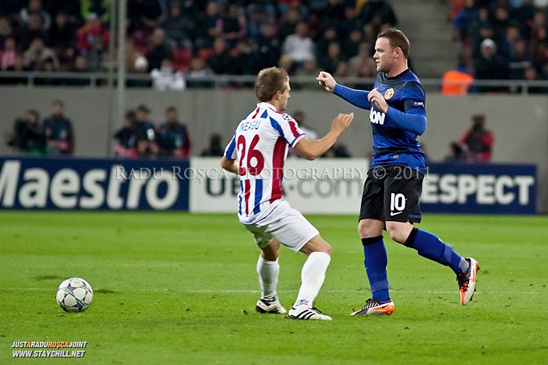 Wayne Rooney (10) trimite o pasa pe langa Ionut Neagu (26) in timpul meciului dintre FC Otelul Galati si Manchester United din cadrul UEFA Champions League disputat marti, 18 octombrie 2011 pe Arena Nationala din Bucuresti.