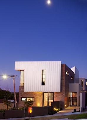 casa-con-fachada-de-acero-y-piedra