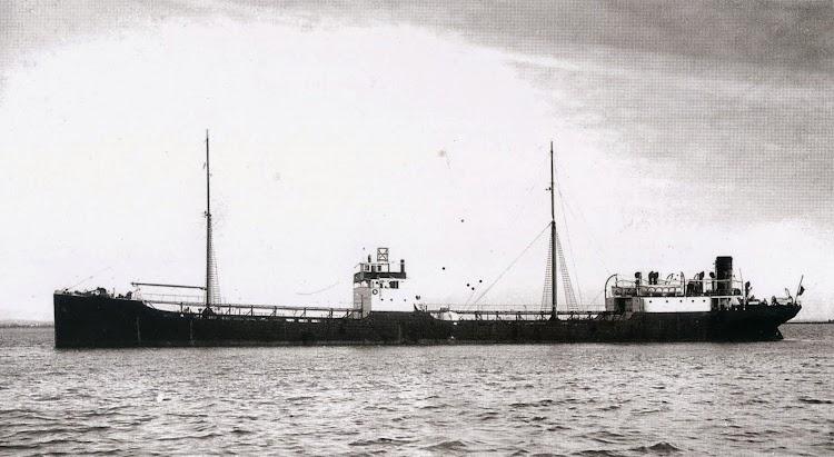 El petrolero BADALONA. Foto Museo El Dique. Del libro La Estela del Petroleo.jpg