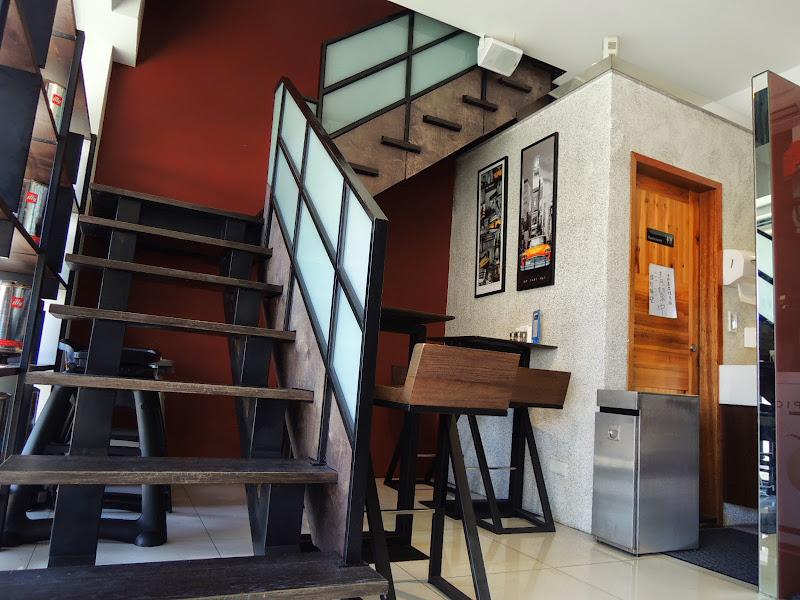 準備上瓦法奇朵 Waffogato 二樓的樓梯.jpg