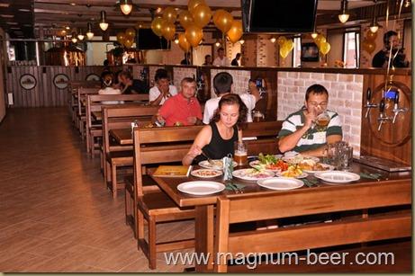 Пивной ресторан с кранами на столах