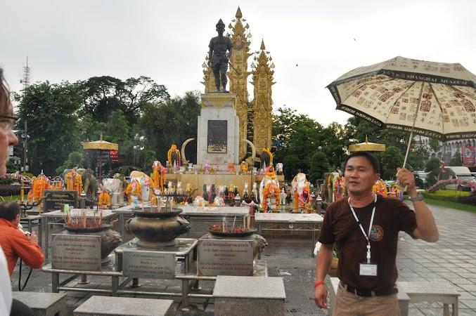 Imagini Thailanda: Monumentul regelui Menrai din Chiang Rai si ghidul nostru Poe, Chiang Rai, Thailanda