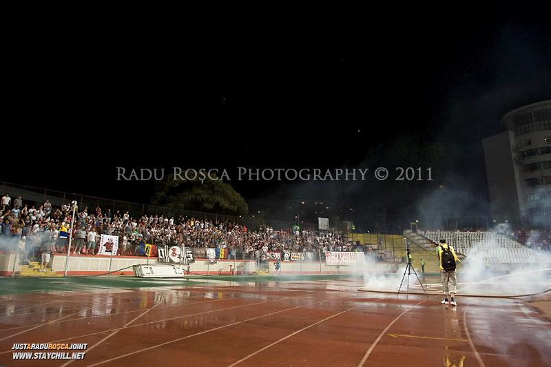 Suporterii giulesteni arunca cu petarde pe pista de atletism inainte de inceperea meciului dintre Dinamo Bucuresti si Rapid bucuresti, din cadrul etapei a VII-a a ligii 1 de fotbal, duminica, 18 septembrie pe stadionul Dinamo din Bucuresti.