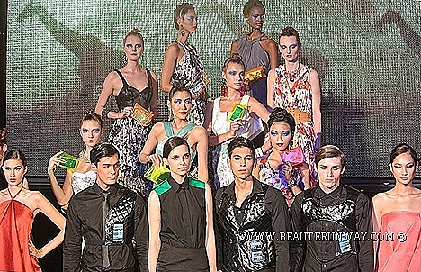 SAMSUNG GALAXY S4 FASHION STEPS OUT 2013 SINGAPORE SPRING SUMMER ORCHARD ROAD FASHION SHOW LTE Smartphone Joe Chia, Ashley Isham Amaya Arzuaga Fausto Puglisi Victoria Beckham Coach J.Press Robinsons Marks Spencer Maria Grachvogel