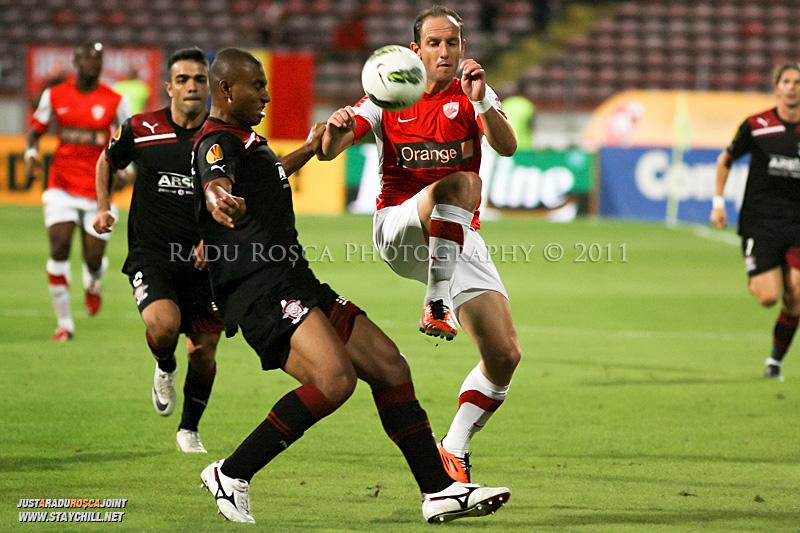 Dorel Stoica de la Dinamo si Antonio Marcos de la Rapid  se lupta pentru balon in timpul meciului dintre Dinamo Bucuresti si Rapid bucuresti, din cadrul etapei a VII-a a ligii 1 de fotbal, duminica, 18 septembrie pe stadionul Dinamo din Bucuresti.
