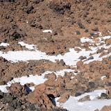 Schnee zwischen dem Lavagestein