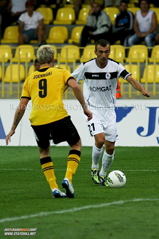 Cristian Todea (alb) încercând să tyreacă de fundașul Markus Joenmäki în timpul meciului dintre Gaz Metan Mediaș și KuPS Kuopio (Finlanda) din cadrul turului 2 preliminar al UEFA Europa League, disputat în data de 21 iulie 2011
