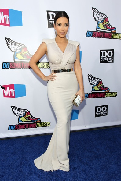 Kim Kardashian arrives at the 2011 VH1 Do Something Awards (2)