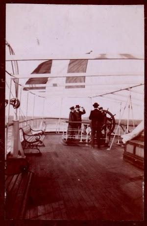 Timon auxiliar a popa. Foto del viaje inaugural. Puerto de Barcelona. Foto del Sr. Jesus Martinez y Curto.jpg