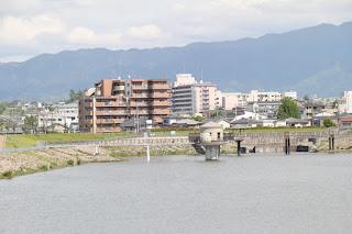 西側堤体より取水塔と西除洪水吐を望む