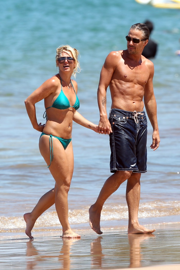 83147 britney spears on the beach in maui 15 122 5