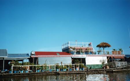 Sat lacustru pe Tonle Sap in Cambogia
