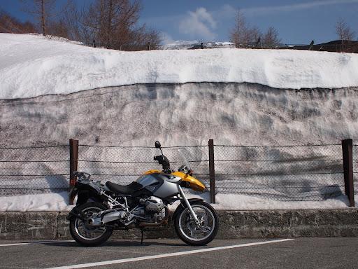 [写真]富士山五合目はまだ路肩に雪が山積み
