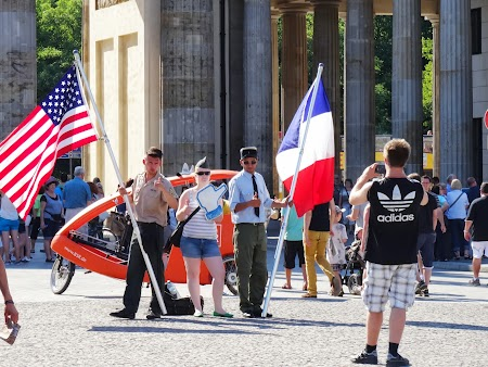 Pozand la Poarta Brandenburg