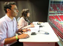 Audiodescritores fazendo a narração durante a partida no estádio Mané Garrincha