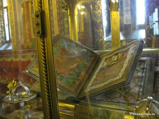Mănăstirea Curtea de Argeș- evanghelia pictată de regina Elisabeta