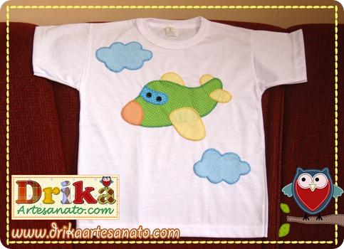Camiseta com avião em patch aplique
