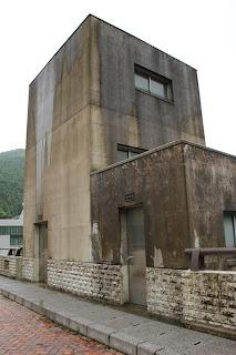 水位計測室(手前)とエレベーター室(奥)