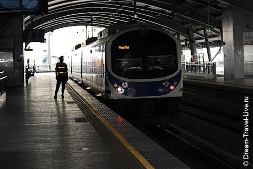 Поезд Airport Rail Link, на котором можно быстро добраться до города
