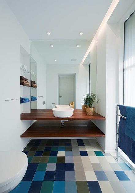 baño-moderno-azulejo-azul