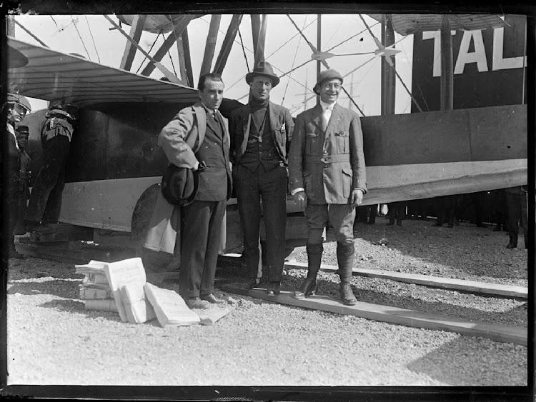 Jorge Loring, Guido Janello y Jose Mª Co de Triola antes de su vuelo a Palma. Foto de la web FOTOS ANTIGUAS DE MALLORCA. Nuestro agradecimiento.JPG
