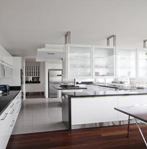 cocina blanca de diseño moderno