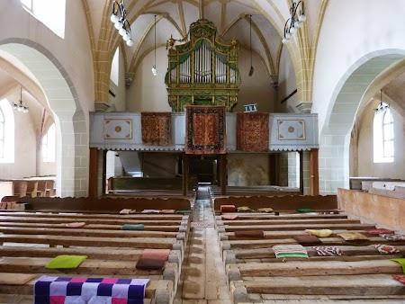 Fortificatii sasesti in Transilvania: interiorul bisericii Harman