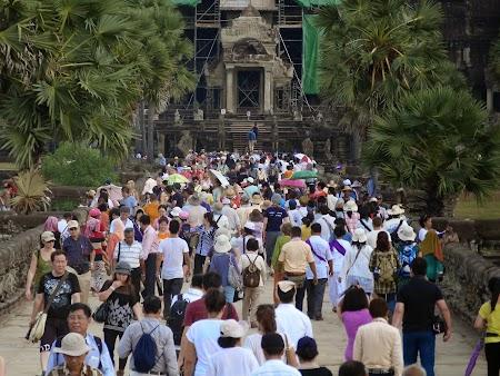 14. Turisti la Angkor.JPG