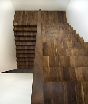 Diseño de escaleras con peldaños de madera