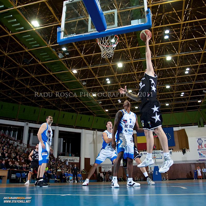 Mihai Silvasan incearca sa inscrie doua puncte in timpul  partidei dintre BC Mures Tirgu Mures si U Mobitelco Cluj-Napoca din cadrul etapei a sasea la baschet masculin, disputat in data de 3 noiembrie 2011 in Sala Sporturilor din Tirgu Mures.